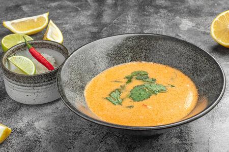 Суп Том Ям с гребешком и креветкой