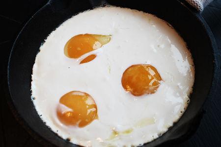 Яичница из трёх яиц с мацони и сметаной