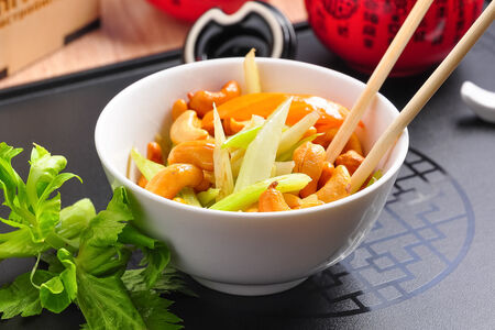 Теплый салат из сельдерея с кешью