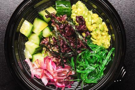Поке с листьями салата овощной