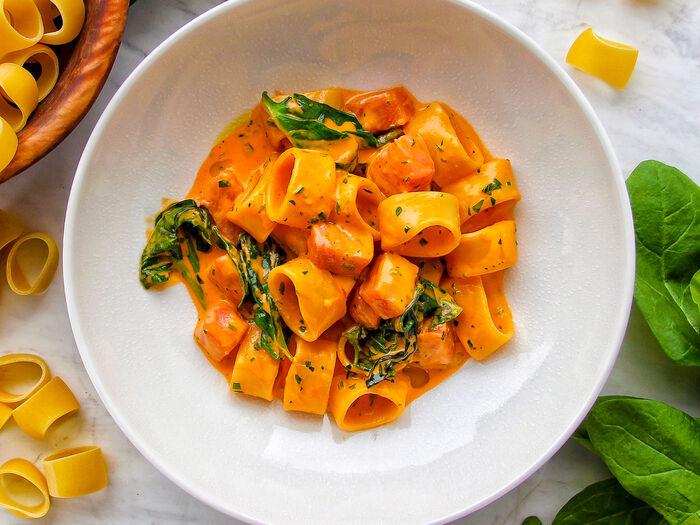 Каламарата с лососем в сливочно-томатном соусе