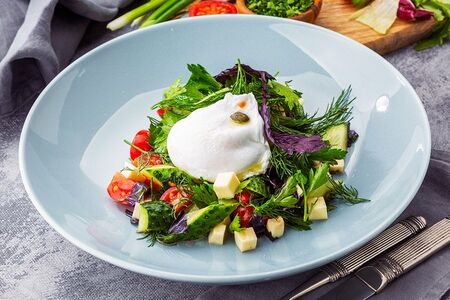 Салат с бакинскими травами и яйцом пашот