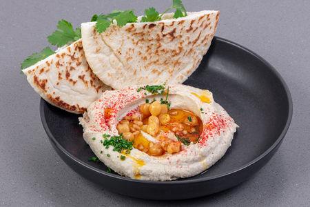 Хумус с лепешкой