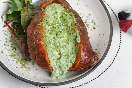 Запечённый батат с мягким зелёным сыром и авокадо
