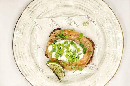 Тост с лососем и гуакамоле