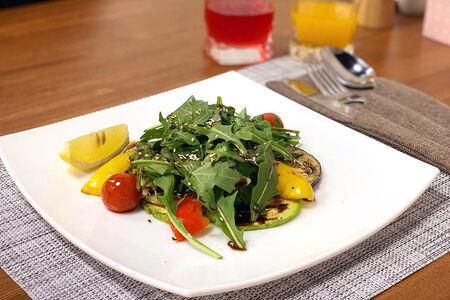 Салат Руккола с овощами гриль