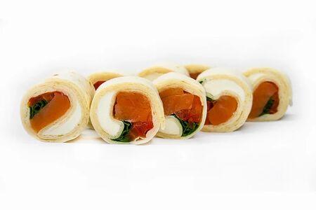Ролл с лососем в тортилье