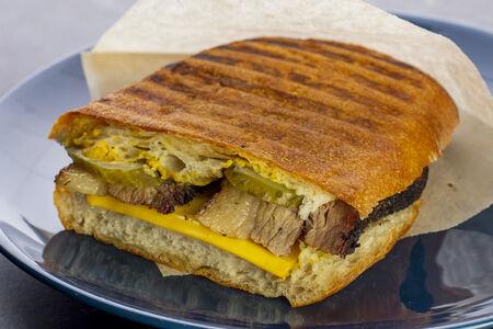 Сэндвич Кубанос с копченым брискетом