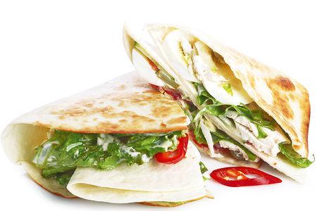 Сэндвич с курицей, овощами и яйцом в тортилье с перцем чили