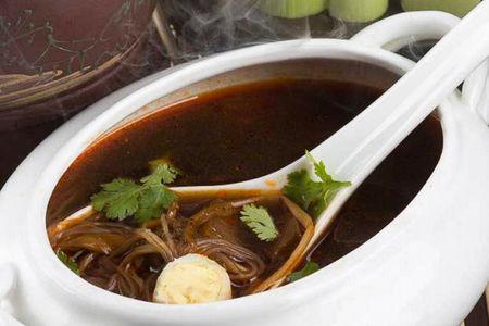 Императорский острый суп с курицей, фунчозой и яйцом