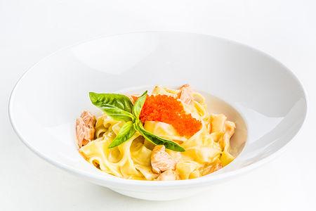 Феттучини с лососем, креветками и икрой тобико в сливочном соусе