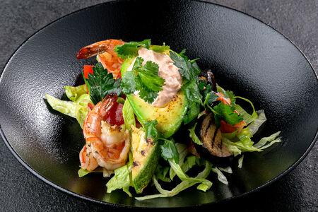 Салат из печеных овощей с креветками