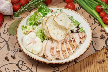 Салат с цыпленком гриль