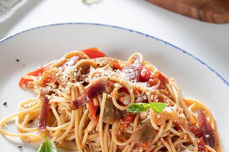 Спагетти с запеченным баклажаном, болгарским перцем и томатами конкассе