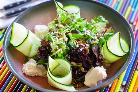 Микс-салат с помидорами, моцареллой и семечками