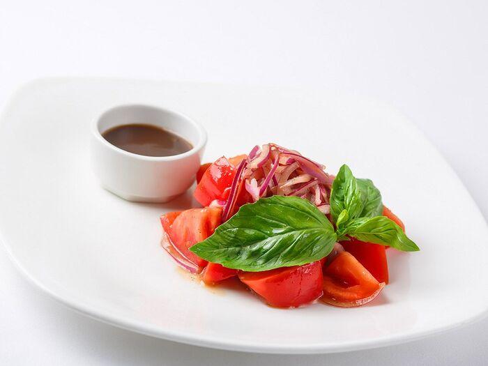 Салат из помидоров и красного лука
