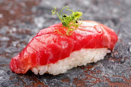 Нигири суши с слабосолёным лососем