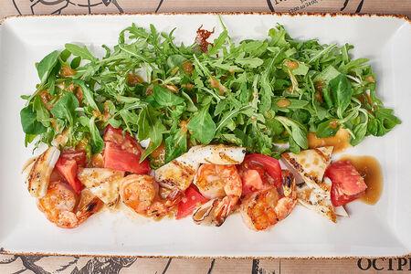Салат Жаренные на гриле креветки и кальмары с зеленым салатом