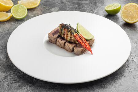 Стейк из тунца с гуакамоле