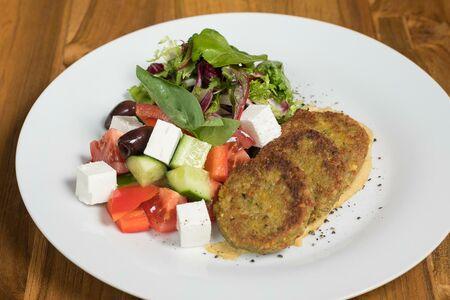 Средиземноморский салат с домашним фалафелем