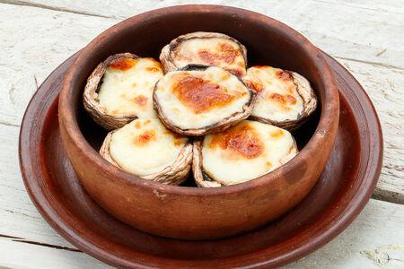 Шампиньоны с сыром сулугуни