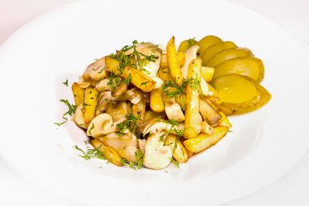 Жареная картошка с грибами и солёным огурцом
