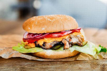 Бургер с мясом цыпленка и сыром чеддер