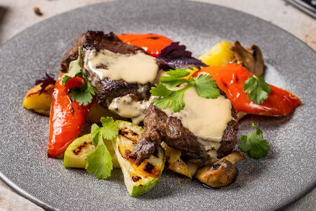 Стейк из говяжьей вырезки и овощами гриль