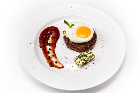 Бифштекс из рубленной говядины с яйцом