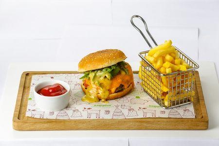 Бургер с вырезкой из телятины, горчичным соусом и рукколой, подается с картофелем фри