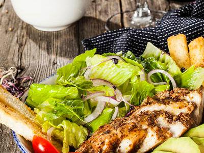 Салат с копченой индейкой и авокадо