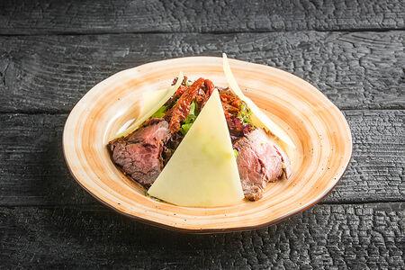 Салат с ростбифом, вялеными томатами и пармезаном