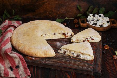 Пирог осетинский с творогом и изюмом