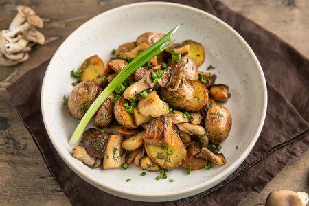 Картофель с жареными грибами и луком