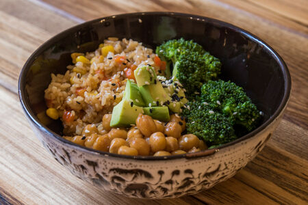 Ланч-боул с рисом, нутом и брокколи