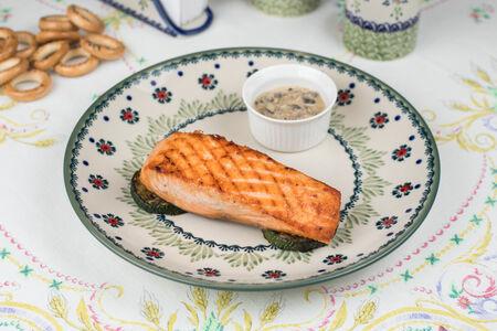 Стейк лосося с цукини и грибным соусом