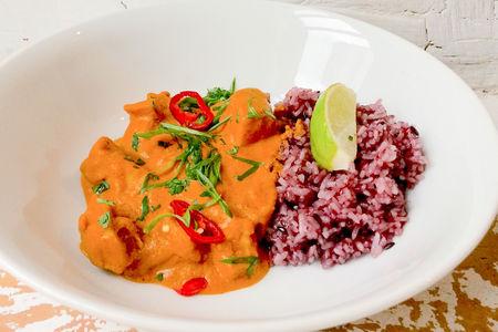 Курица в бенгальском карри и фиолетовый рис
