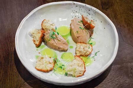 Паштет из куриной печени с апельсиновым гелем и банановым хлебом