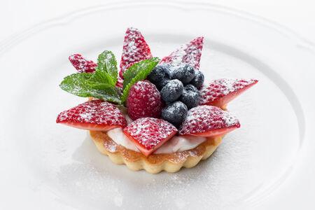 Кростатина со свежими ягодами