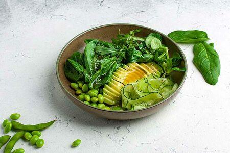 Салат с авокадо и зеленью