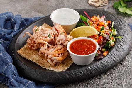 Щупальца кальмара с дзадзики и томатной сальсой