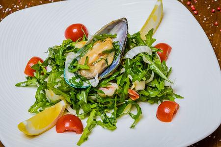 Теплый салат с морепродуктами