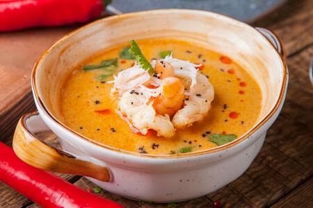 Суп Том Ям с мясом краба и тигровыми креветками