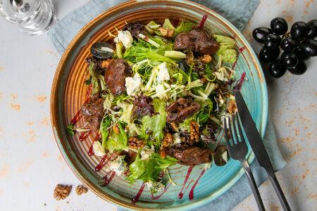 Салат с фламбированной печенью и сыром Дорблю
