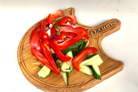 Тарелка свежих овощей и зелени