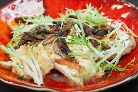 Болтунья с лососем и грибами