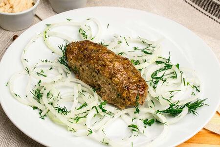 Люля из говядины с луком и кетчупом