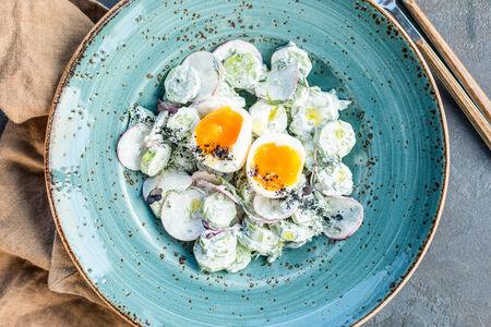 Салат Овощной со сметаной и яйцом всмятку