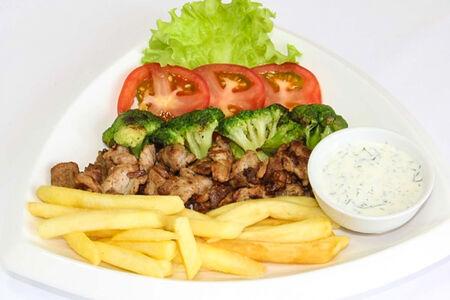 Мясо с брокколи и фри