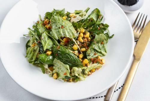 Зеленый салат с кукурузой, печеным луком и пресными пшеничными чипсами с тахини